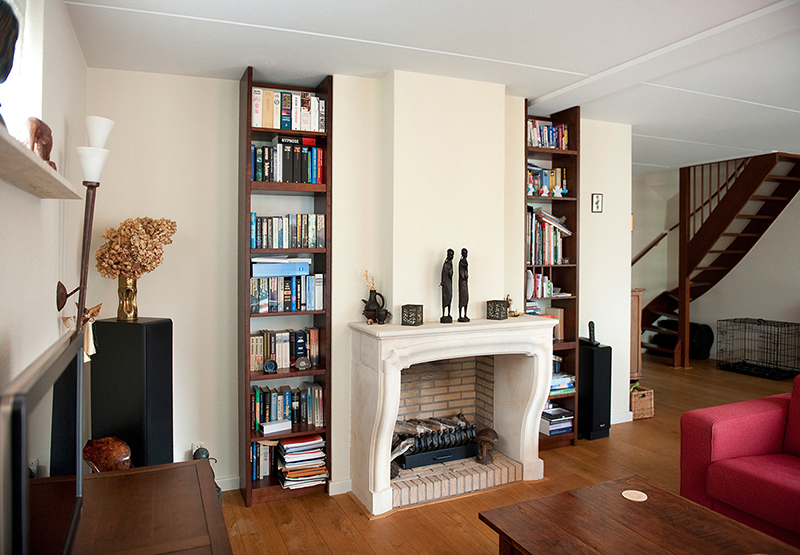 Passende boekenkast aan beide zijden van schouw