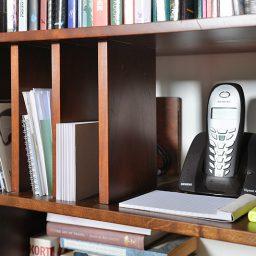 Passende boekenkast naast schouw
