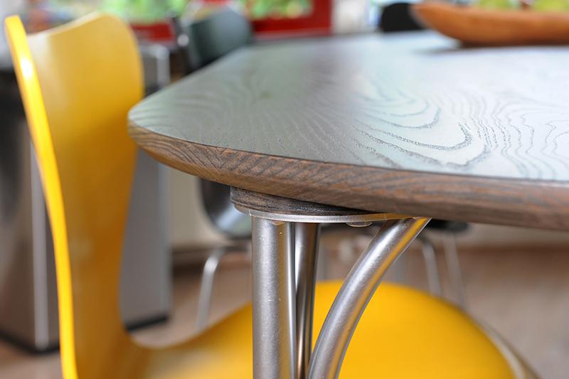 Nieuw massief tafelblad - detail aanhechting poot