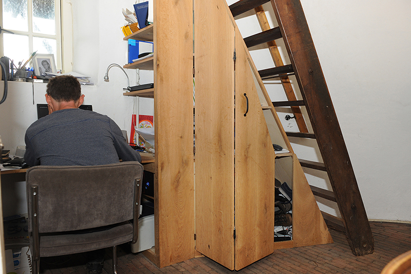 Originele kast onder trap door meubelmaker Henk Bosman