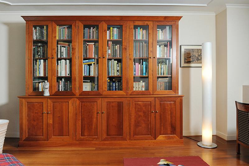 Klassieke kersenhouten kast op maat past fraai in interieur