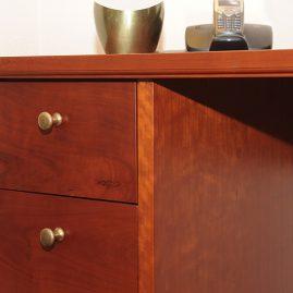 Passend klassiek bureau van duurzaam hout - detail ladenblok