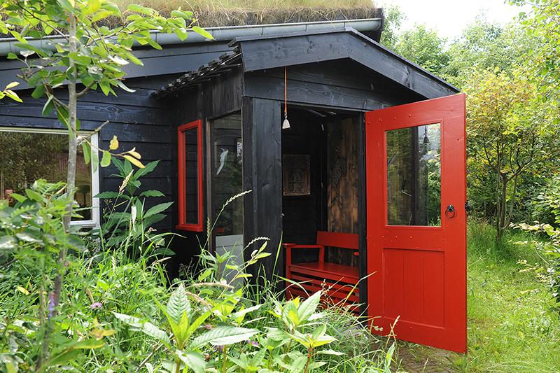 Winddicht klompenhok als overgang tussen tuin en woning