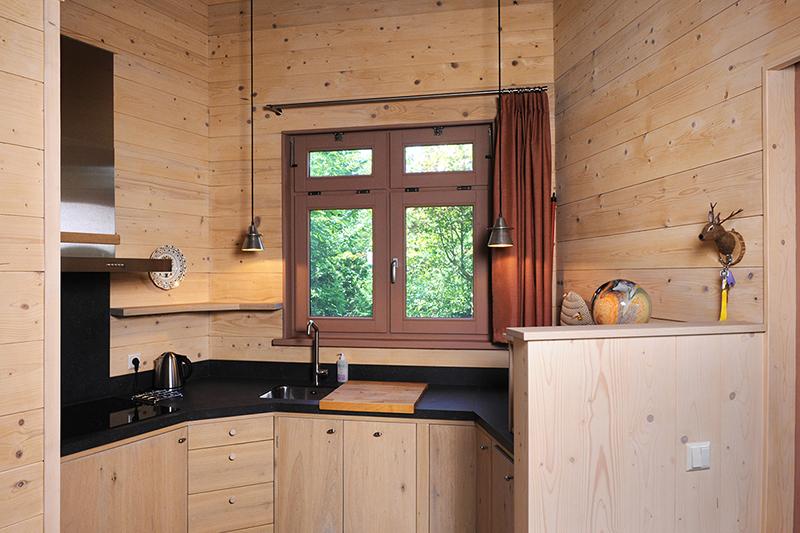 Compacte maatwerk keuken in eikenhout voor de gasten in hospice