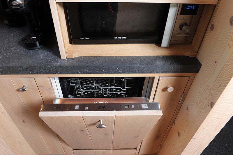 Compacte maatwerk keuken in eikenhout. Duurzaam en comfortabel.