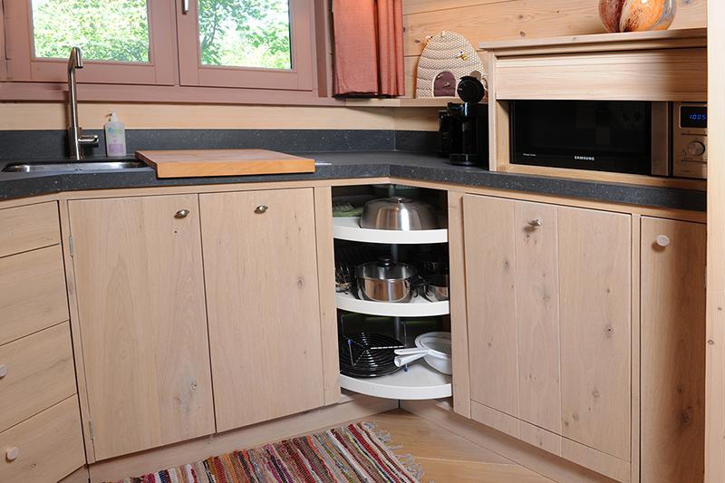 Compacte maatwerk keuken in eikenhout voor hospice