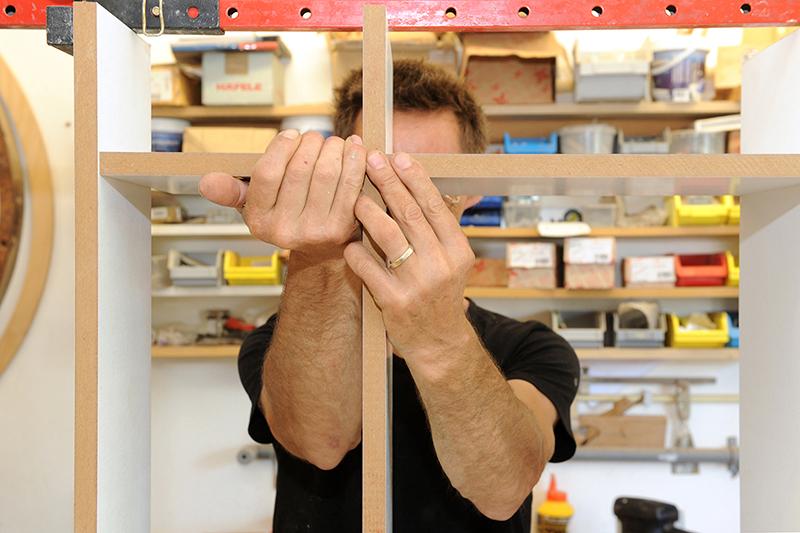 Montage in werkplaats van meubelmaker en interieurbouwer Henk Bosman