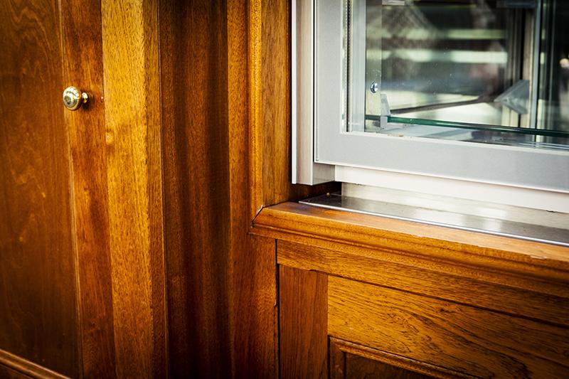 Exclusieve lounge balie Amstel Hotel - detail inbouw vitrine