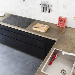 Moderne keuken van essenhout